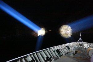 Einfahrt in den Trollfjord - Lichtstrahlen von der Brücke leuchten auf die Einfahrt