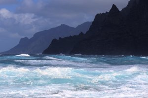 Wellen am Punta del Hidalgo