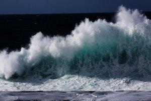 Wellen am Faro de Bajamar