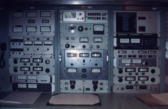 Das Bedienpult des Tandembeschleunigers des Institut für Kernphysik in Köln 1986