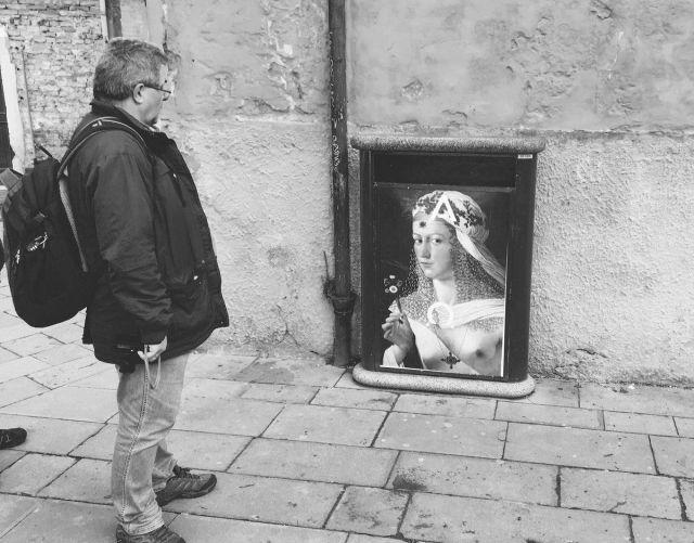 Die Frau und der schöne Mann in Venedig